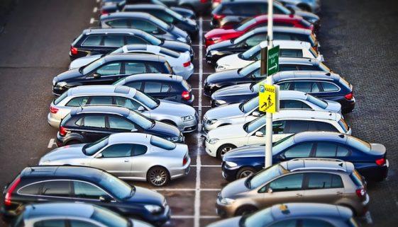 Parkplatzunfall: Haftungsverteilung bei rückwärts ausparkenden Fahrzeugen – neues BGH-Urteil