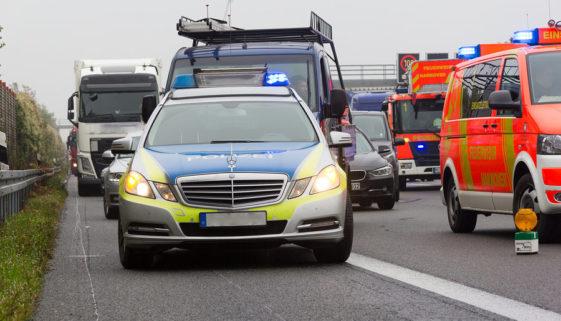Verkehrsunfall: Kollision mit Einsatzfahrzeug im Zuge einer polizeilichen Verfolgungsmaßnahme