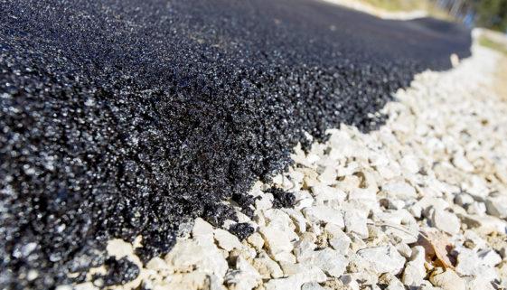 Motorölspurbeseitigung auf Bundesautobahn