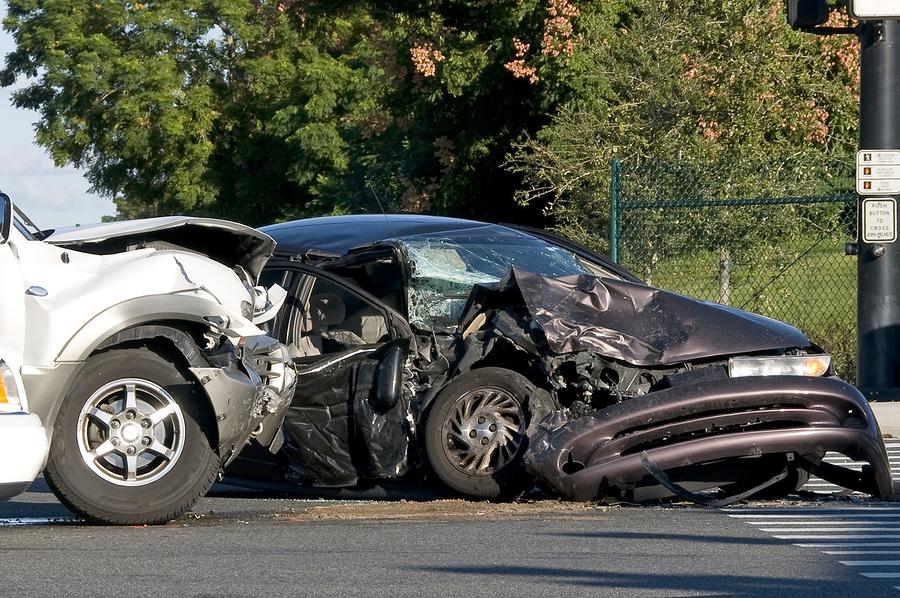 Verkehrsunfall im Kreuzungsbereich zwischen zwei einfahrenden Fahrzeugen