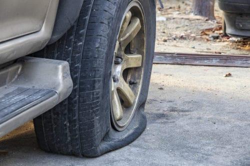 Notbremsung wegen Reifenplatzer eines vorausfahrenden Fahrzeugs