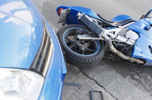 Verkehrsunfall - Kollision zwischen einem überholenden Motorrad und einem Linksabbieger