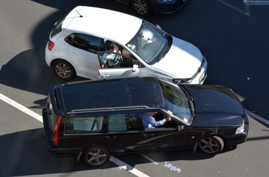 Verkehrsunfall: Kollision zwischen Linksabbieger und Überholer
