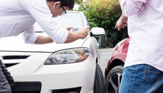 Verkehrsunfall - Kollision eines Linksabbiegers mit einem ihn Überholenden