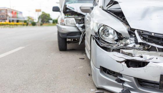 Verkehrsunfall: Fahrzeugkollision beim Wiedereinscheren nach Überholvorgang