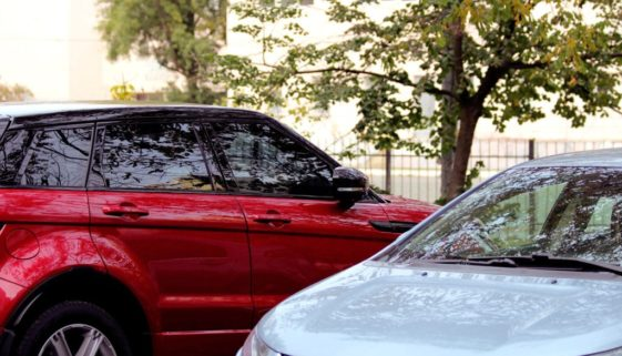 Verkehrsunfall - Linksüberholen und Abbiegen auf einem Parkplatz