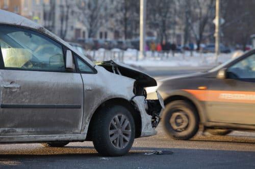 Verkehrsunfall - Kreuzungsunfall mit Gegenverkehr bei unklarer Verkehrslage