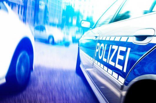 Verkehrsunfall - Kollision mit Polizeifahrzeug während eines Abbiegevorgangs