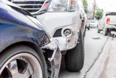 Verkehrsunfall zwischen zwei zeitgleich überholenden Fahrzeugen