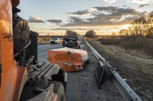 Verkehrsunfall - Kollision eines Pkw mit einem auf der Fahrbahn liegengebliebenen Anhänger