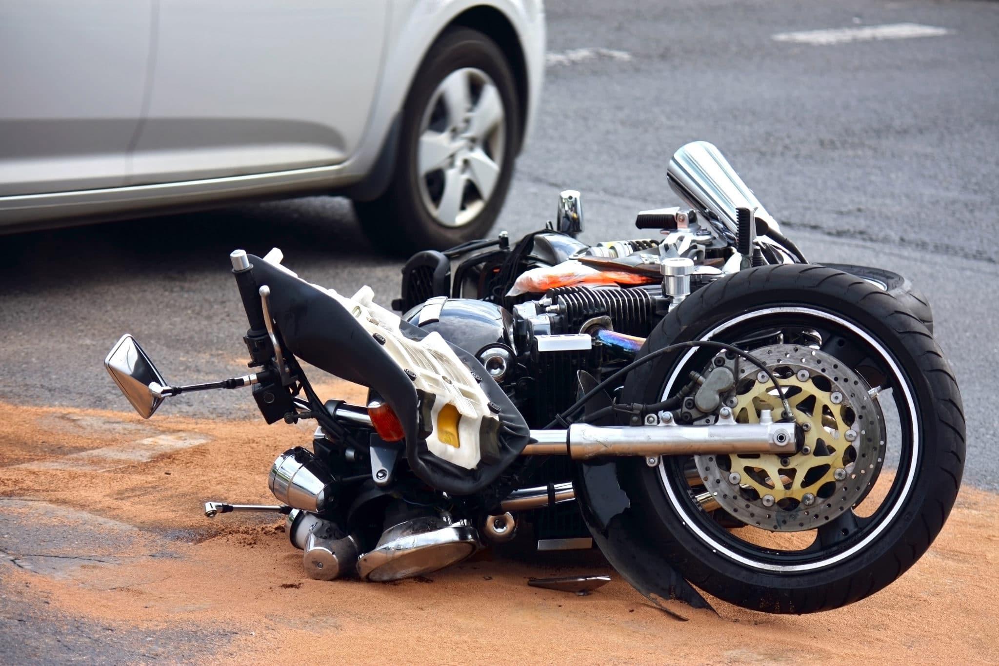 Verkehrsunfall - Kollision zwischen Geländewagen und einem Motorrad