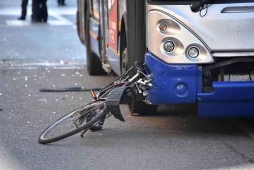 Verkehrsunfall - Kollision eines Omnibusses mit einem Radfahrer auf dem Gehweg