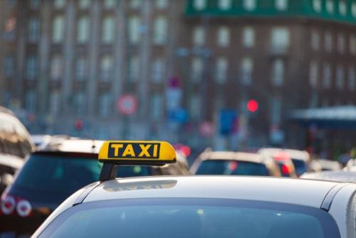 Taxikollision der Abfahrt von Taxistand mit Verkehrsteilnehmer des fließenden Verkehrs