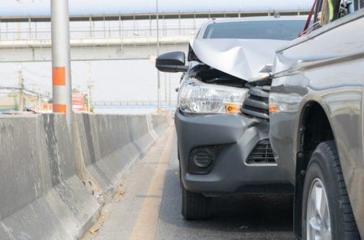 Auffahrunfall – liegengebliebenes nur teilweise gesichertes Fahrzeug auf Autobahnstandstreifen